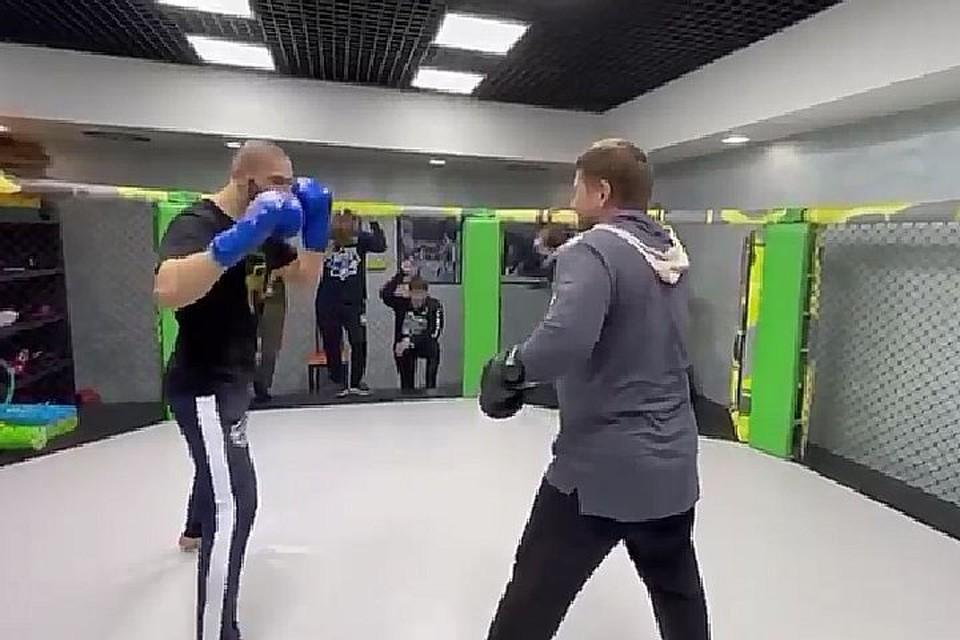 Кадыров поздравил ЧИмаева в октагоне. Фото: кадр видео.