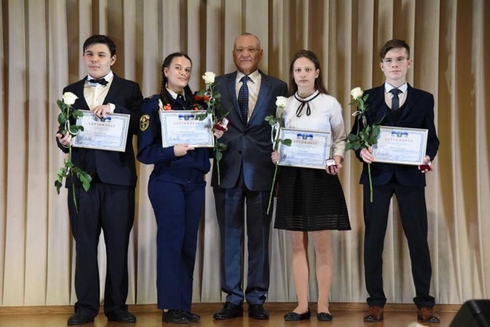 60 учащихся получат премию в размере 20 тысяч рублей каждый.