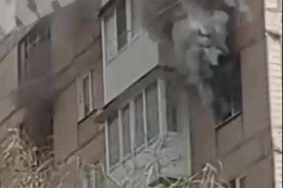 Пожар возник на пятом этаже девятиэтажки. Фото: Скриншот видео ЧП Донецк