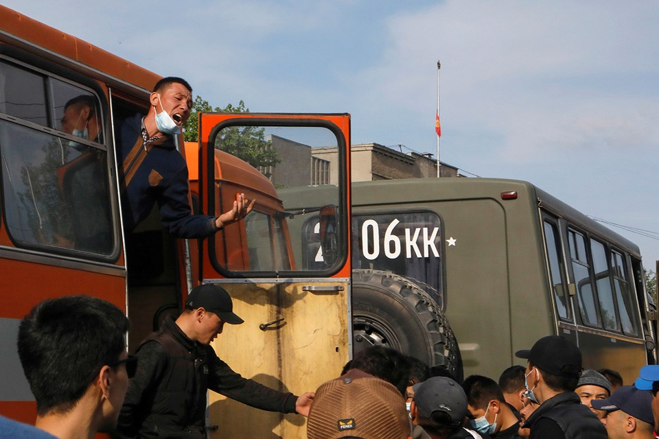 После столкновений на границе Таджикистана и Киргизии эвакуированные жители возвращаются в свои дома.