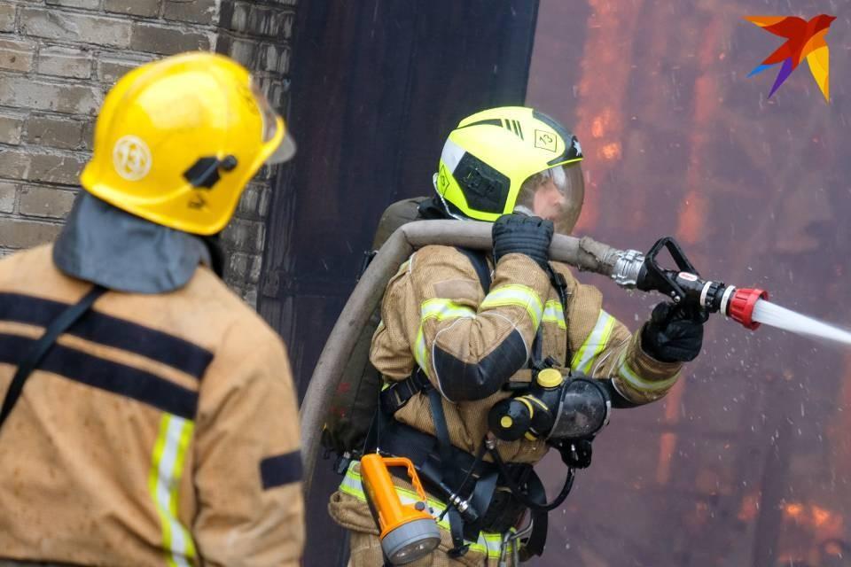 Пожарные тушили огонь в доме культурного наследия.
