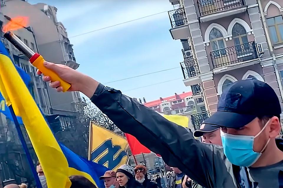 В Одессе украинские националисты устроили марш в честь пожара в Доме профсоюзов 2 мая.
