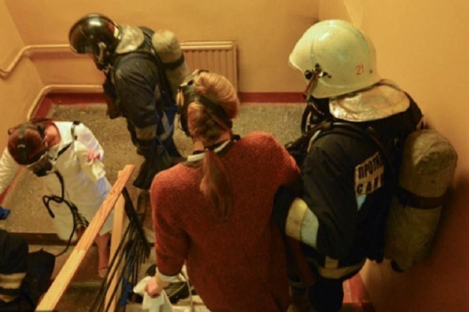 Пожарные спасли 7 человек при пожаре в многоэтажке в Новосибирске. Фото: ГУ МЧС по НСО.