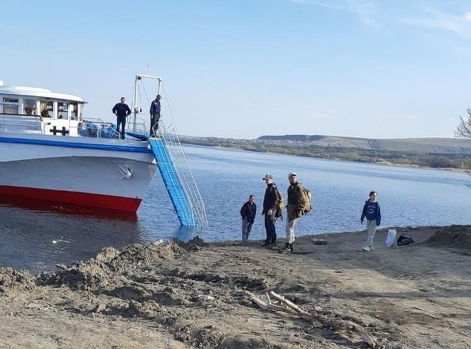 """Люди вынуждены идти к кораблю и обратно по воде. Фото """"Саратов онлайн"""" ВК"""