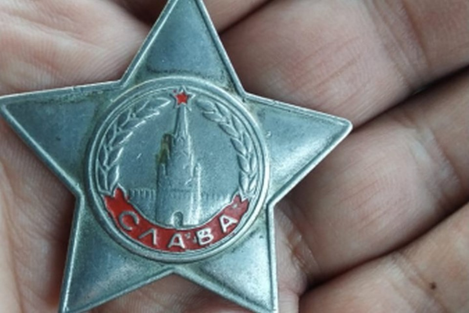 Спустя 40 лет якутский полицейский вернул боевую награду семье героя. Фото: пресс-служба МВД Якутии