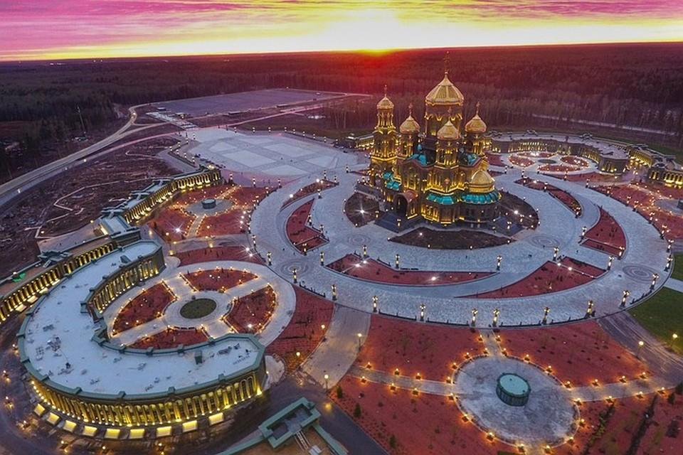 Сегодняшнее пасхальное богослужение в Главном храме Вооруженных сил РФ было приурочено к празднованию главного Дня Победы