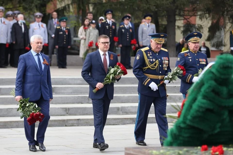 Губернатор Алексей Текслер возложил цветы к Вечному огню. Фото: gubernator74.ru