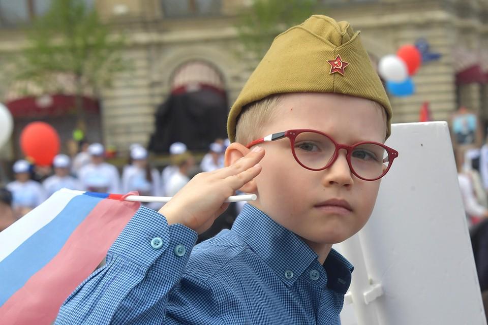"""Юный участник акции памяти """"Бессмертный полк""""."""