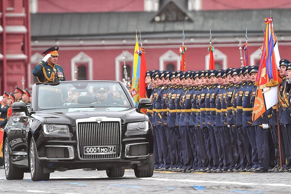 Министр обороны РФ Сергей Шойгу принимает парад Победы.