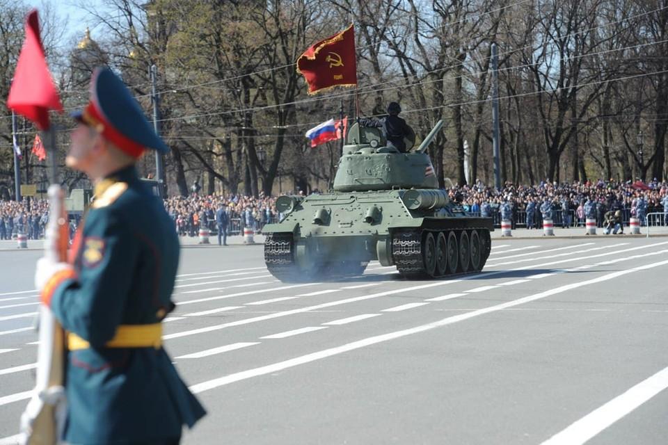 В Петербурге парад Победы прошел на Дворцовой площади.