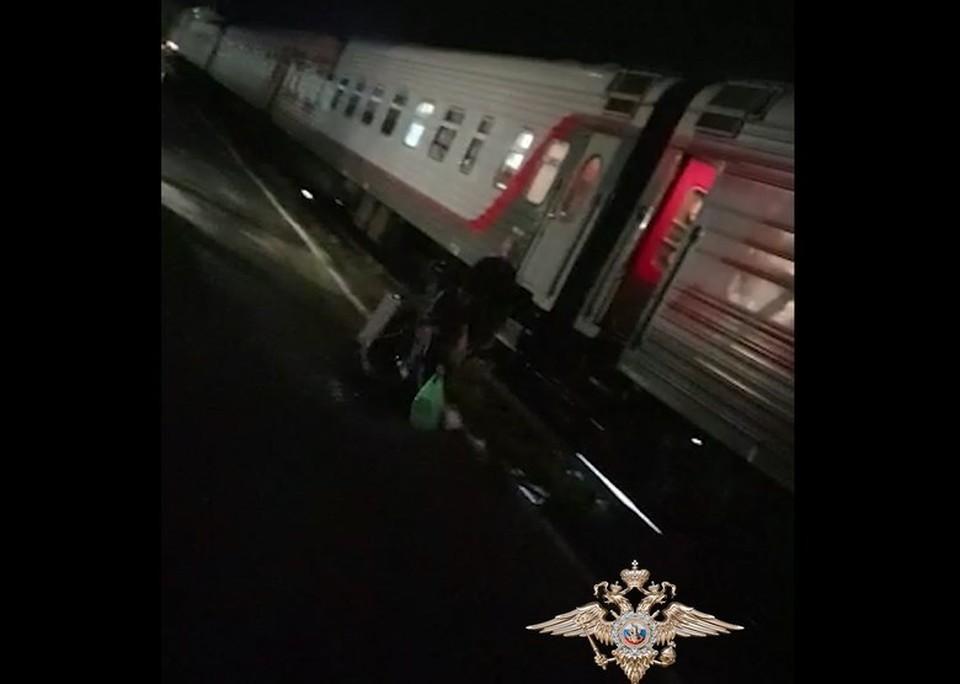 Мошенники инсценировали в том числе падения на выходе из поезда. Фото: скрин видео МВД РФ