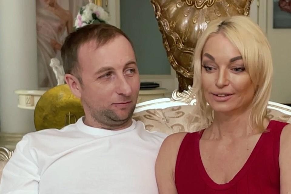 Сначала Настя исповедовалась одна, а потом вдруг воскликнула: «Олег, в студию!»