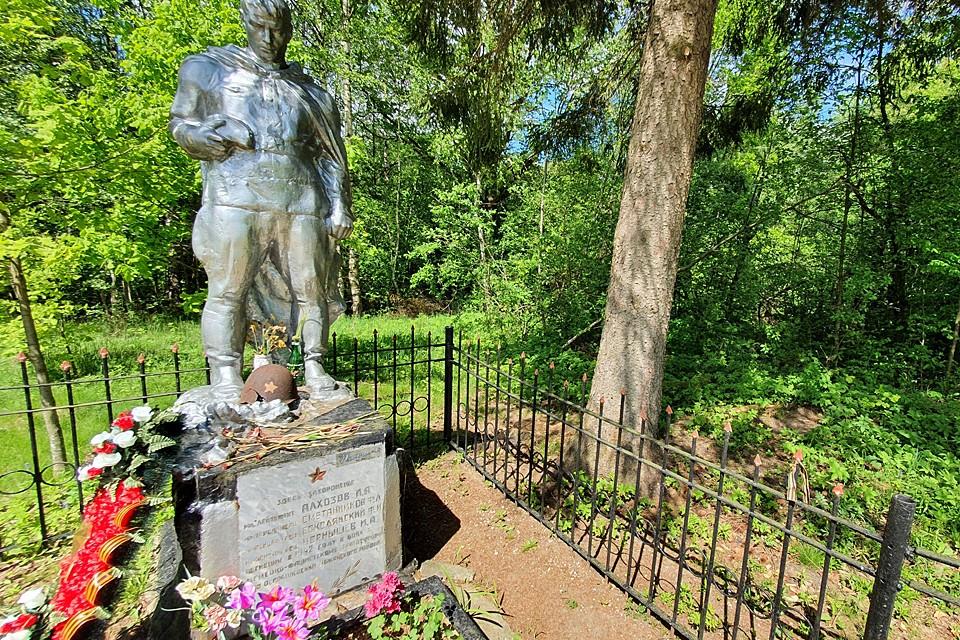 Памятник на могиле стоит с советских времен. Местные власти подкрашивают его раз в год