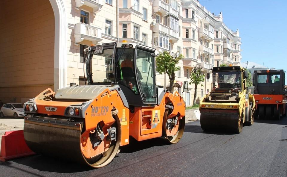 Первый слой асфальта уложили на улице Пржевальского в Смоленске. Фото: администрация г. Смоленска.
