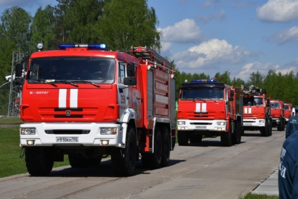 Неизвестный поджигает машины медиков в Данилове.