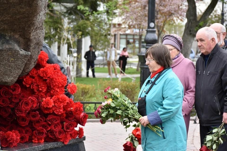 Жители со слезами на глазах возложили цветы к памятнику