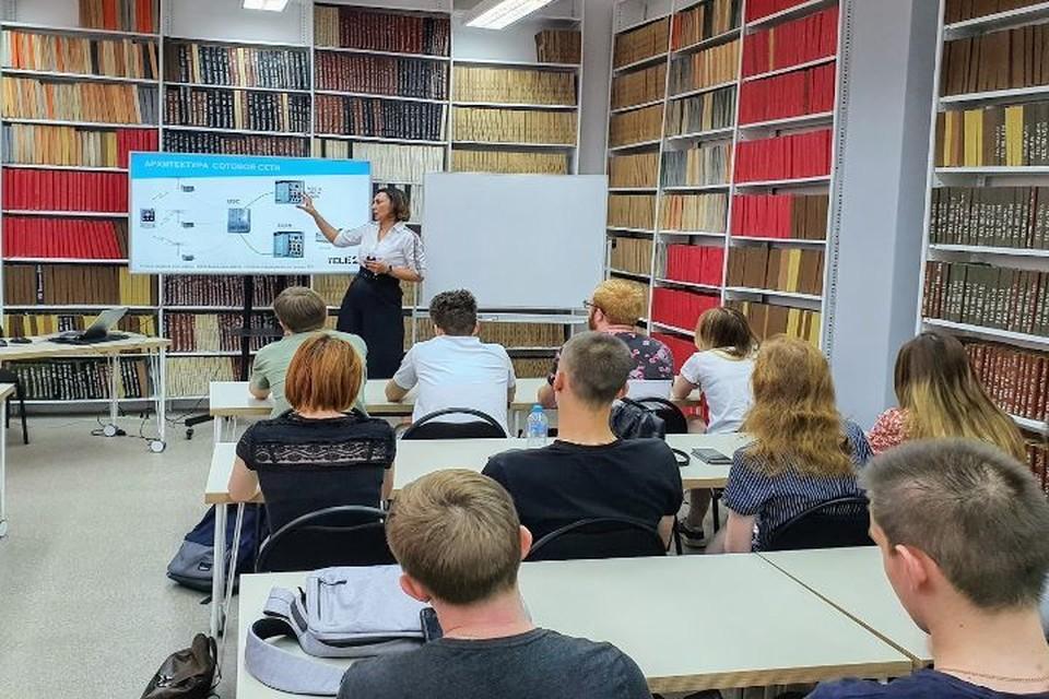 Студенты узнали о том, как строятся базовые станции и происходит процесс «соединения» абонента. Фото: ООО «Tele2 Россия»