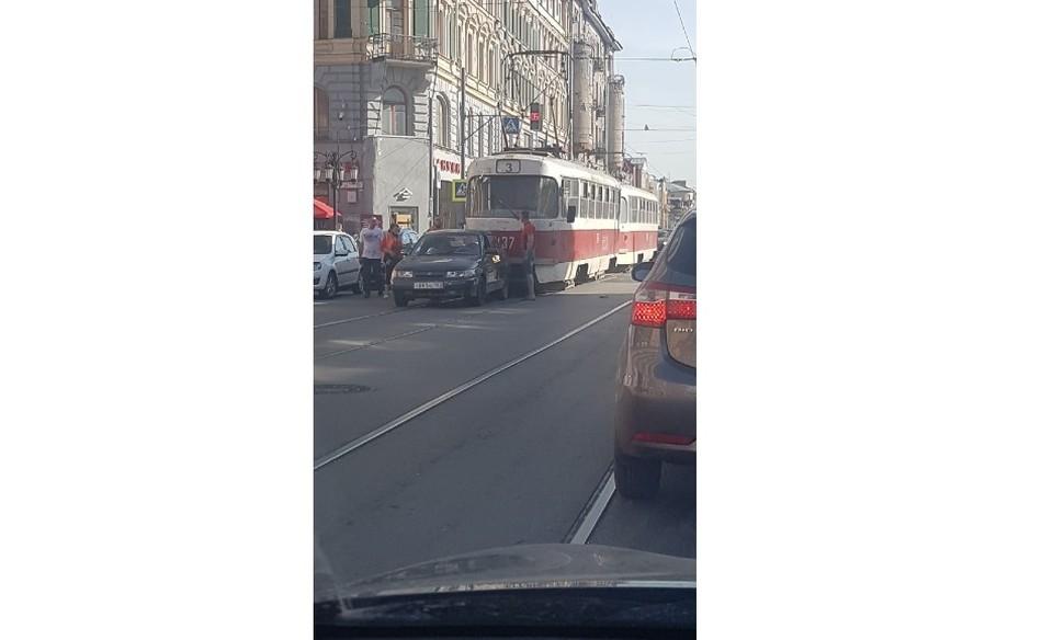 В Самаре трамвай столкнулся с легковушкой. Фото - соцсети
