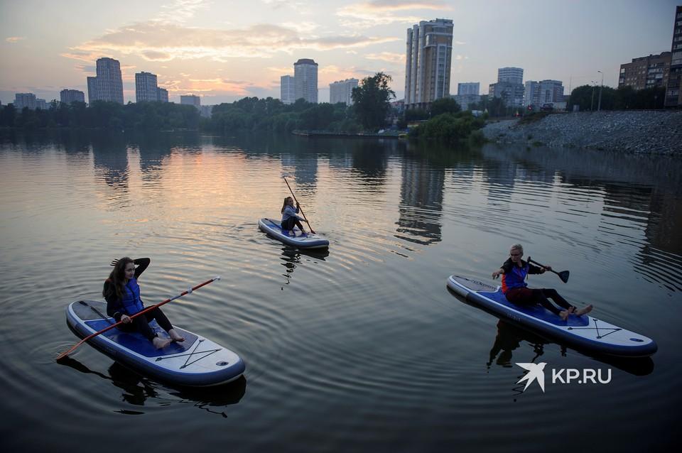 Тем, кто боится упасть в воду, инструктор рекомендует кататься сидя