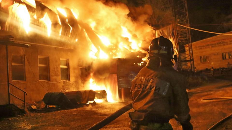 В мощном пожаре в Приморье выгорело 300 квадратных метров. Фото: пресс-служба Главного управления МЧС России по Приморскому краю