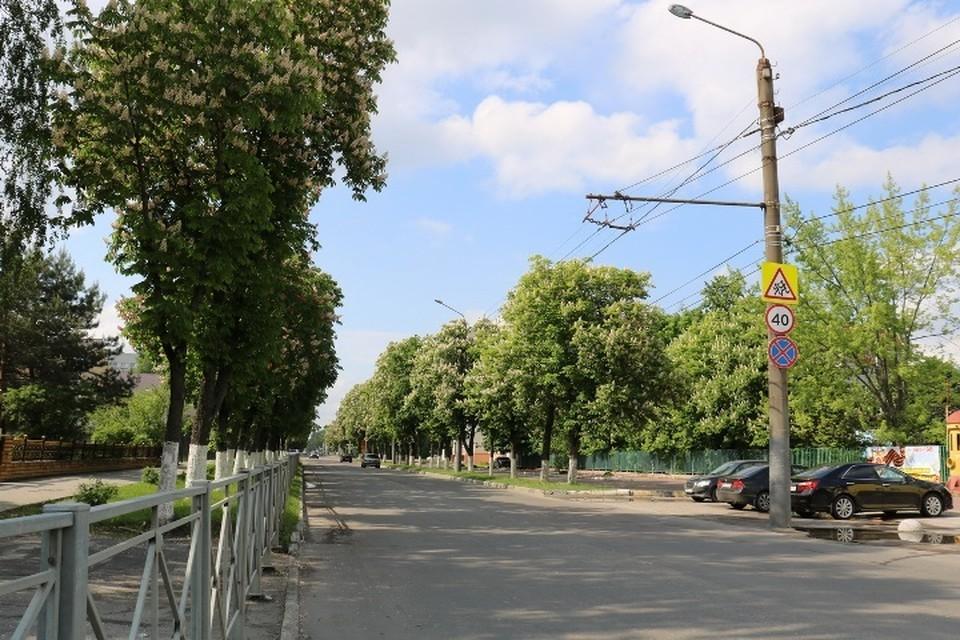 В Брянске обустроят парковку напротив Володарского рынка.