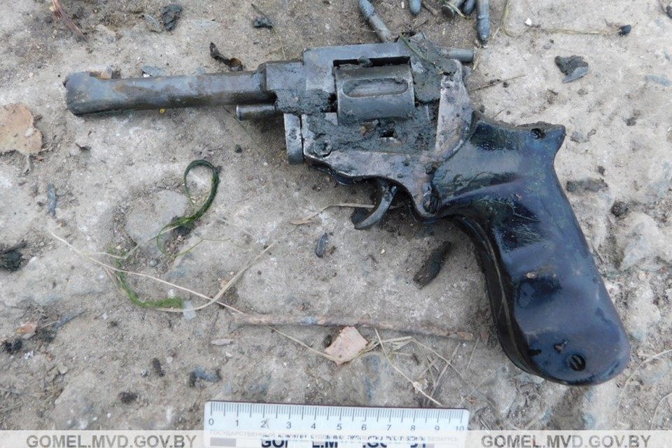 Странное оружие без маркировки выловил гомельский рыбак из реки. Фото: УВД Гомельского облисполкома.