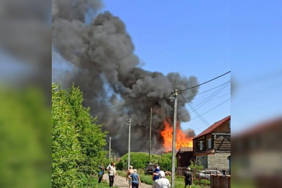 """Очевидцы говорят, что горит несколько построек. Фото: Александр Сутормин """"ЧП Златоуст""""/Vk.com"""
