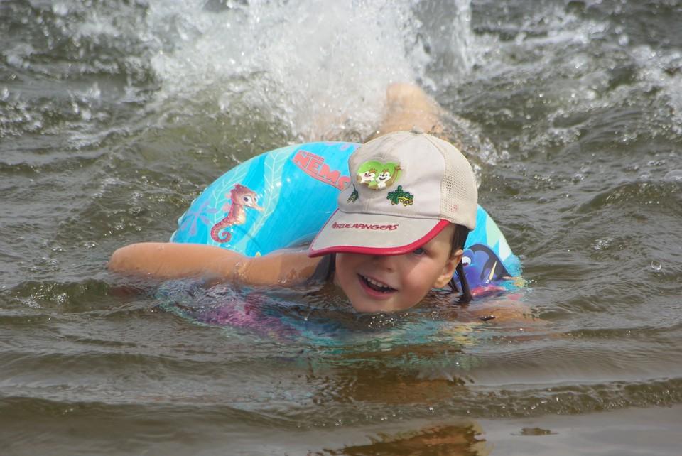 Отправляясь к воде, не забудьте про надувной круг и спасательный жилет для ребенка