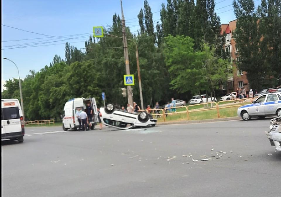 Очевидцы выложили в соцсети фото перевернувшегося авто. Фото: соцсети