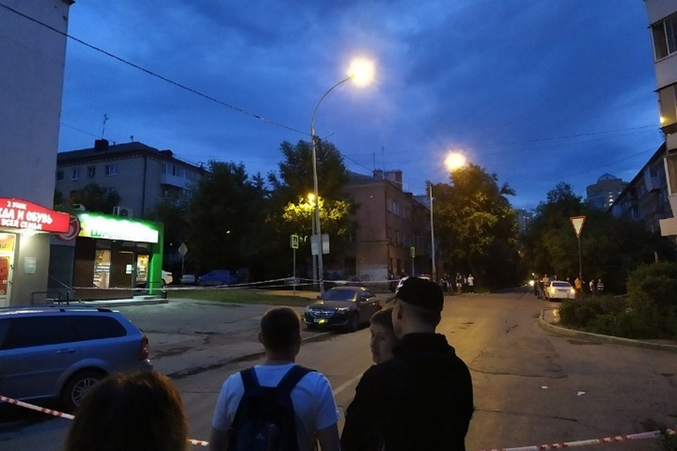 Территория возле дома, откуда стреляет бывший полицейский, оцеплена