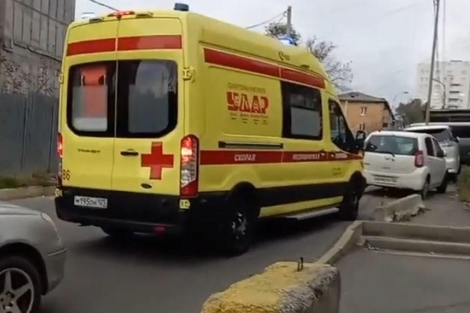 Автомобиль скорой помощи застрял на узкой улице.