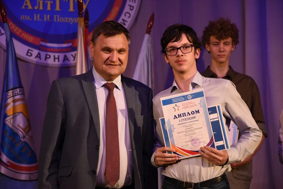 Андрей Марков вручил сертификаты на право первоочередного зачисления в вуз