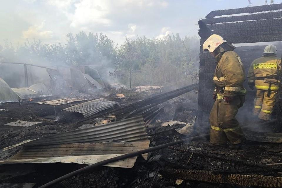 Под Новосибирском огонь уничтожил двухэтажный дом, баню и сарай. Фото: ГУ МЧС по НСО