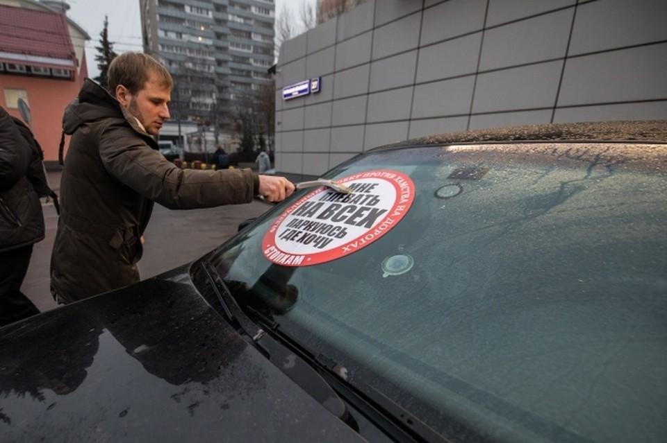 Незаконные парковочные места демонтируют в Смоленске.