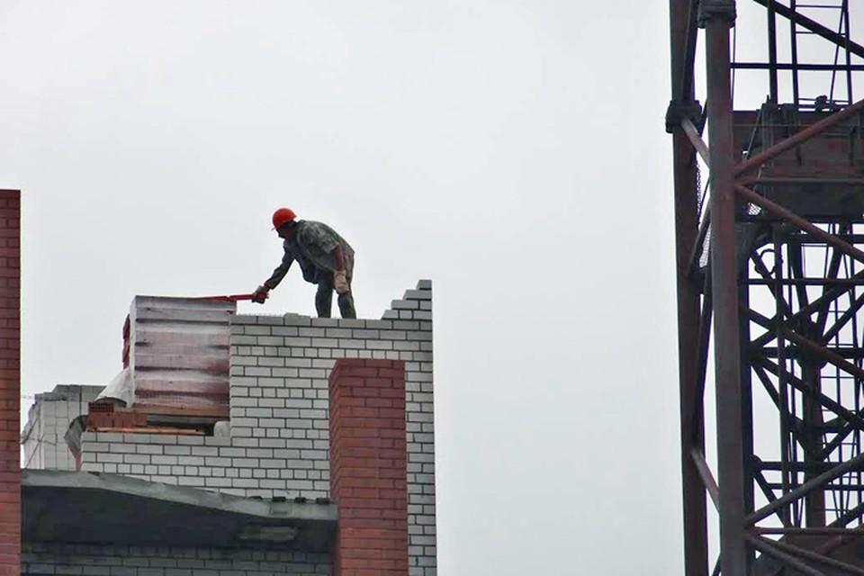 В Салехарде выявили стройку, на которой незаконно трудилась бригада из Беларуси