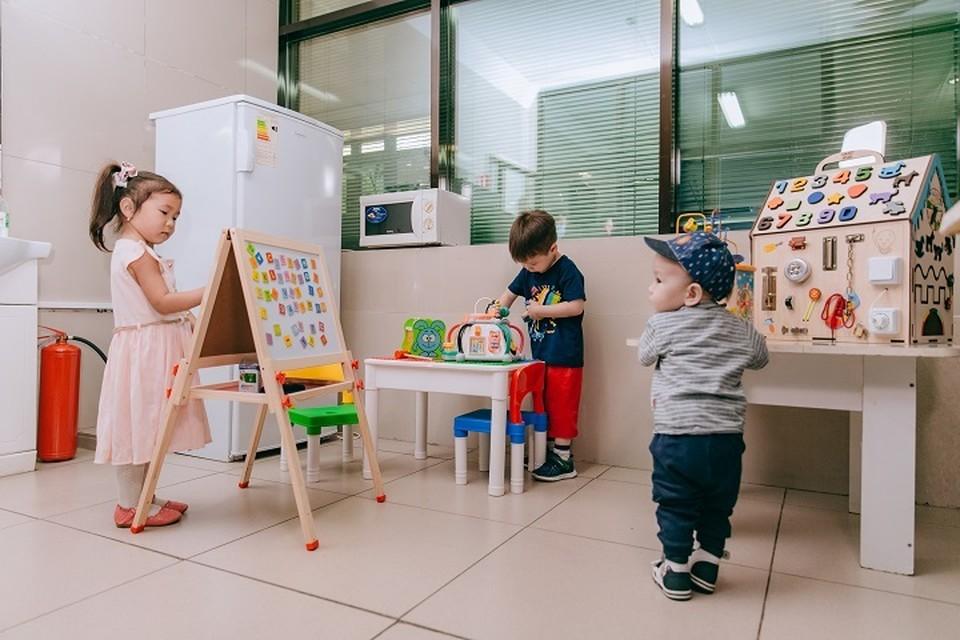 Air Astana передала в дар лего столики со стульями, мольберты, развивающие бизиборды и музыкальные игрушки.