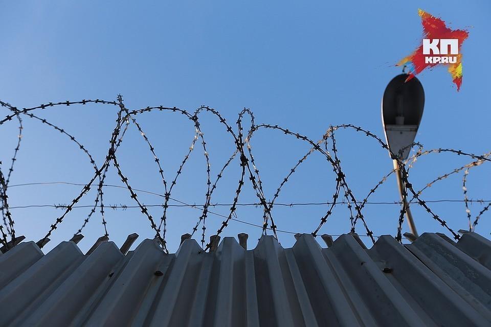В Тверской области будут судить сотрудника УФСИН, который проносил для зэков в тюрьму мобильники.