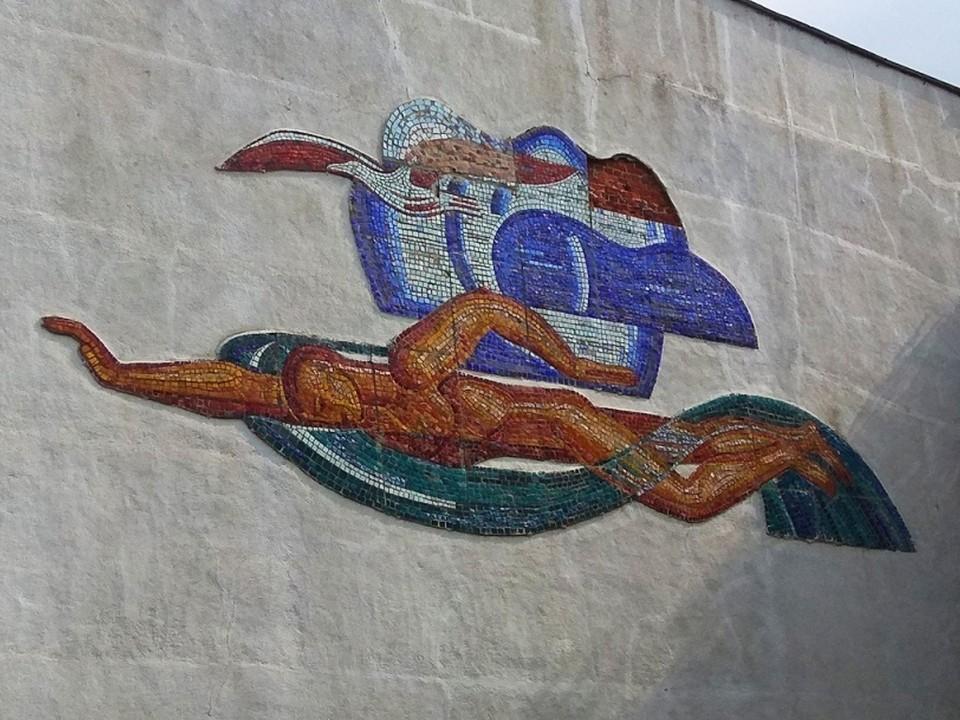Советская мозаика украшала фасад здания бассейна на Краснодонцев почти полвека. Фото: Александр Казарин