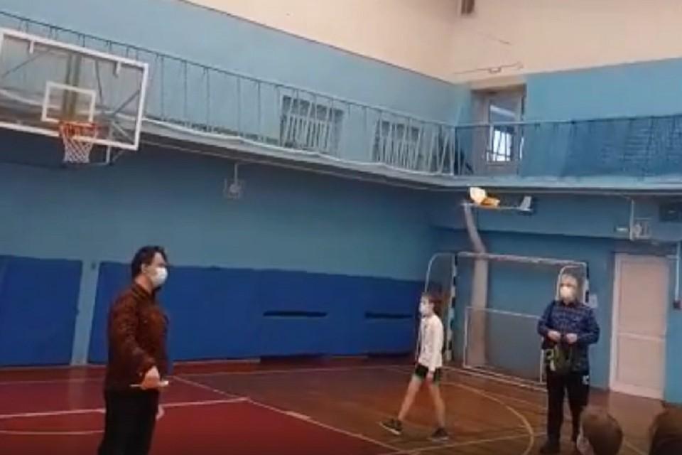 Преподаватель из Академгородка стал призером по запуску комнатных самолетов. Фото: стоп-кадр.