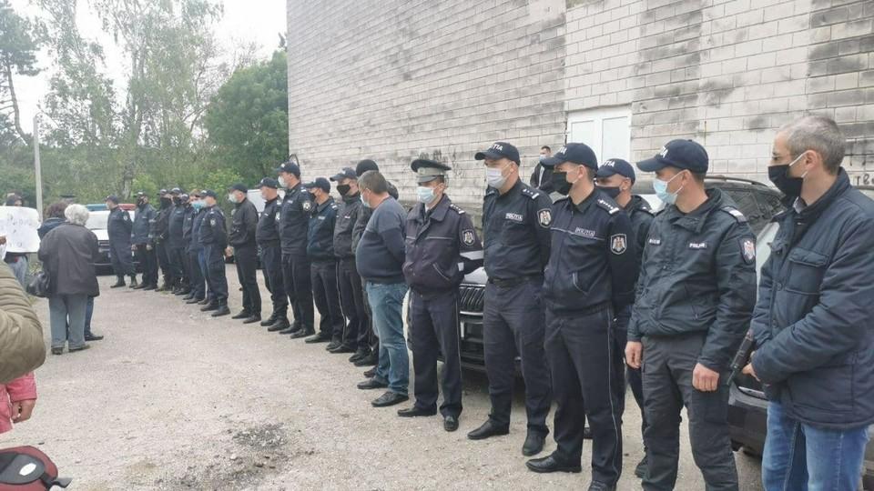 Во время поездки в Едины, Санду охраняли десятки полицейских.