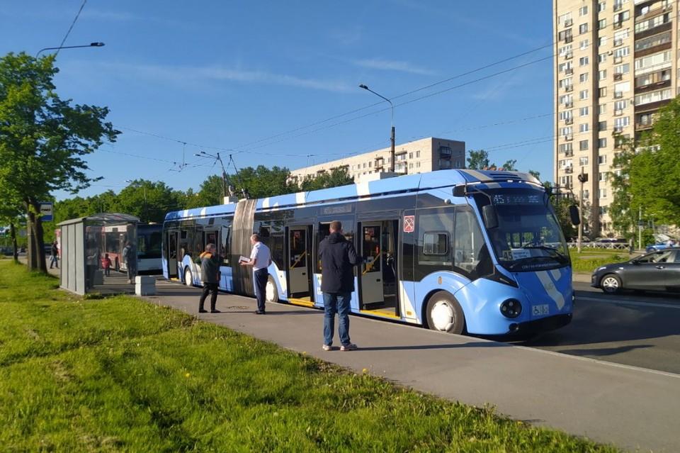 В Петербурге проверяют троллейбус с бесхозной вещью.