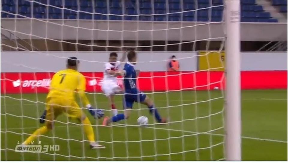 Второй мяч влетает в ворота сборной Молдовы.