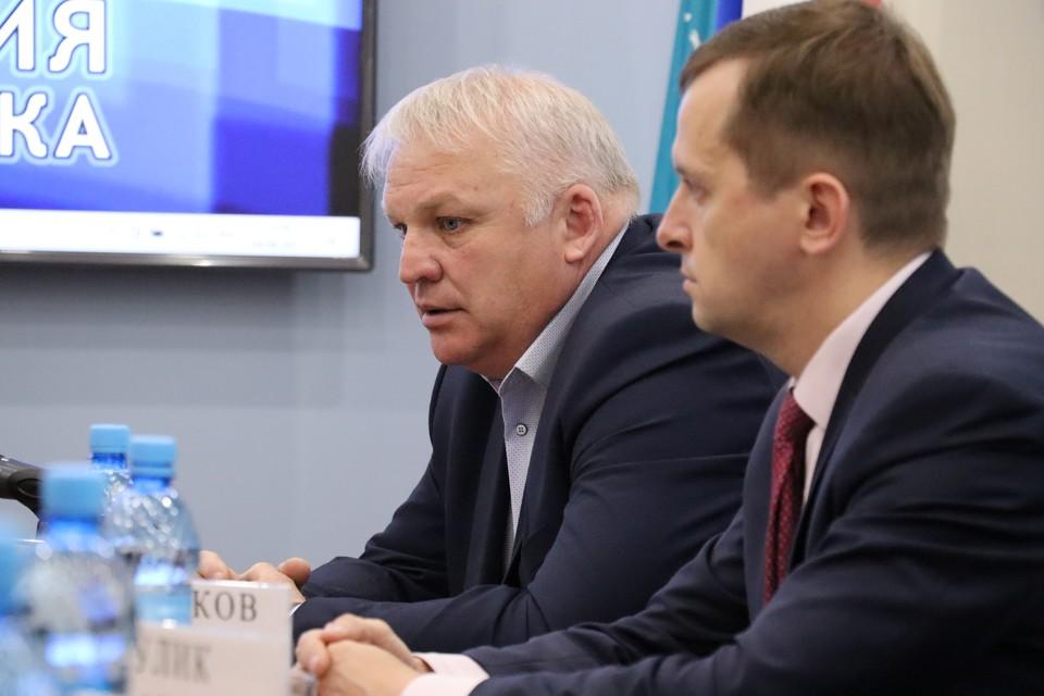 Вице-мэр Южно-Сахалинска Александр Гринберг (слева)