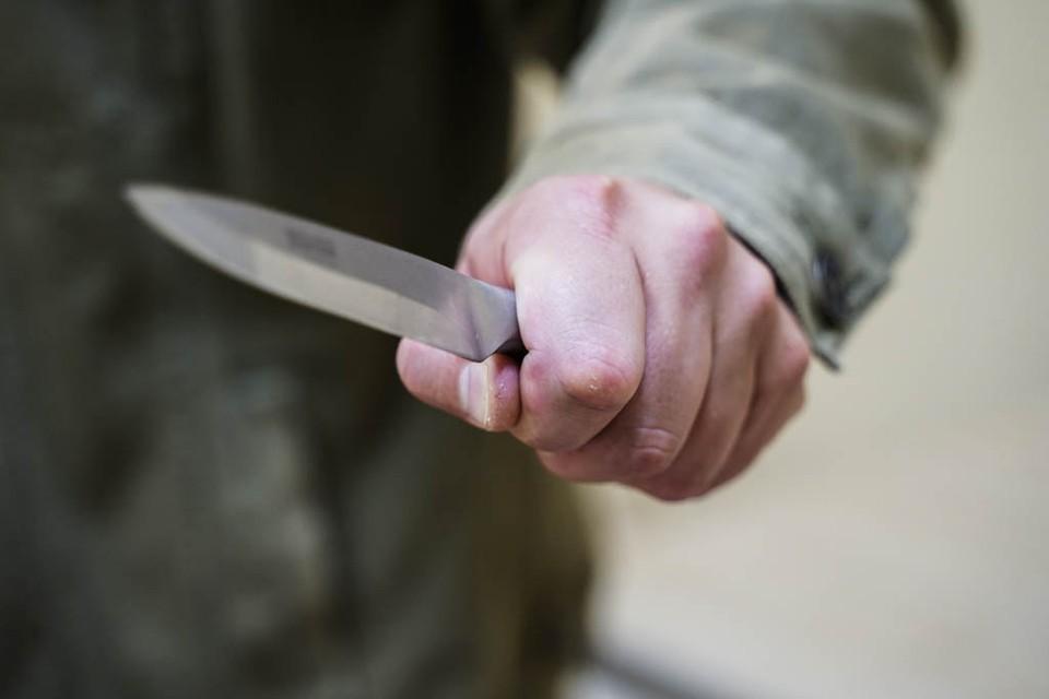Мужчина поссорился со своими друзьями и схватился за нож