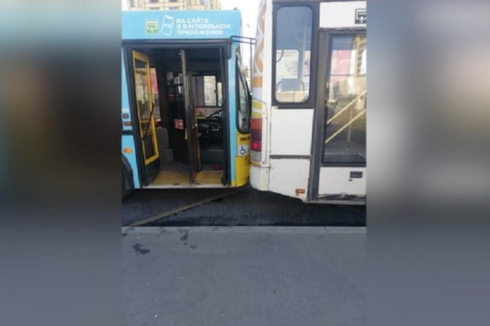 """Автобус врезался в маршрутку, пока водитель бегал за безбилетником. Фото: """"Невские новости""""."""