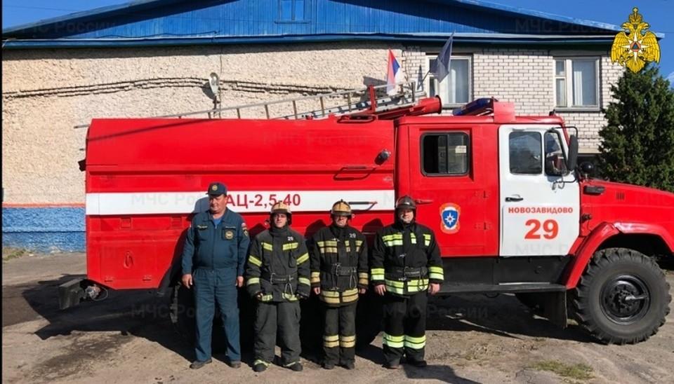 Вот эти огнеборцы спасли на пожаре двух человек в посёлке Новозавидовский Конаковского района. Фото: ГУ МЧС по Тверской области