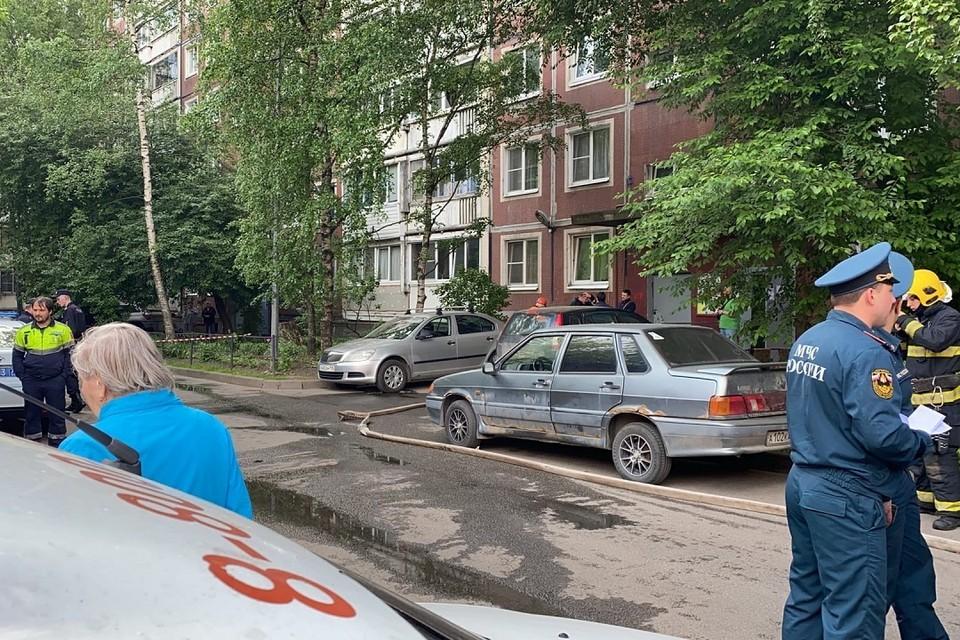 Жилец квартиры на пятом этаже пострадал при утреннем ЧП на проспекте Энтузиастов. Фото: vk.com/spb_today