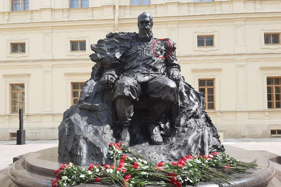 Скульптор извинился за неправильный орден на памятнике Александру III, который открывал Владимир Путин.