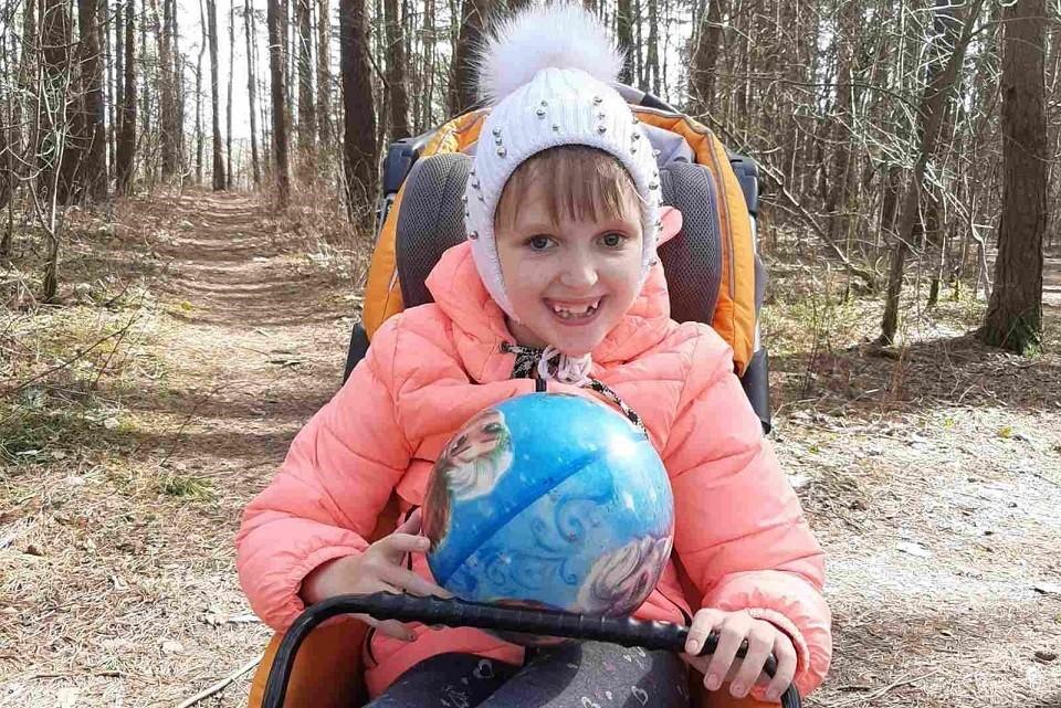 У Александры Якушенко ДЦП, задержка речевого развития, спастический подвывих головок бедер и плосковальгусная деформация стоп.