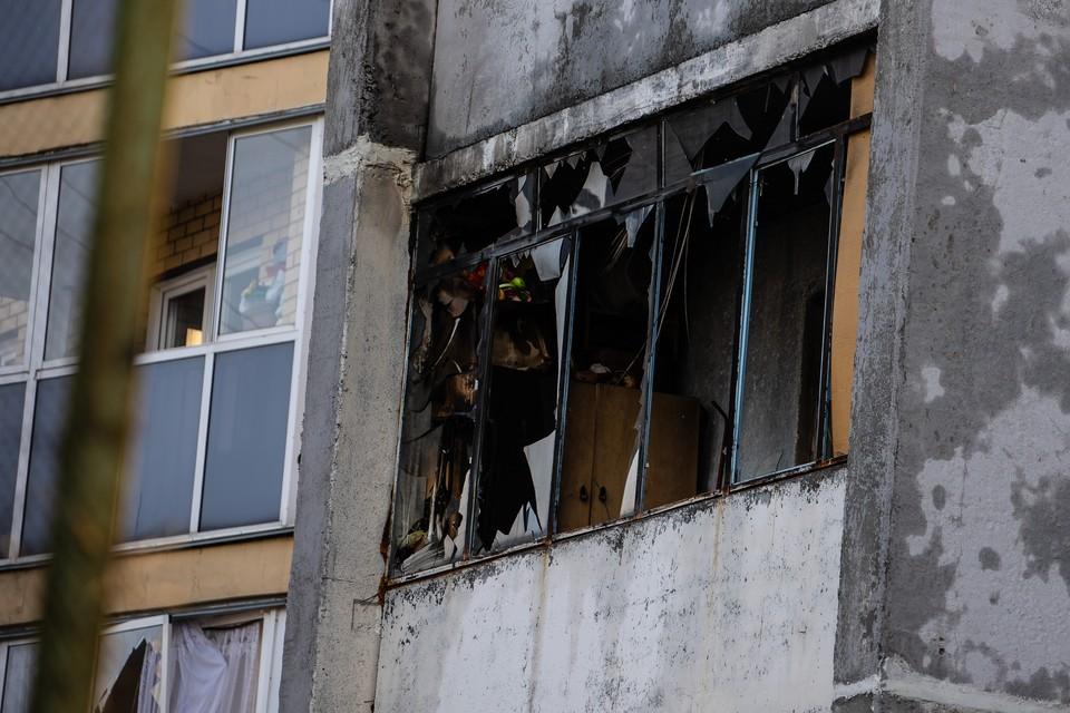 Из отрезанной дымом квартиры пожарные спасли человека при помощи автолестницы.